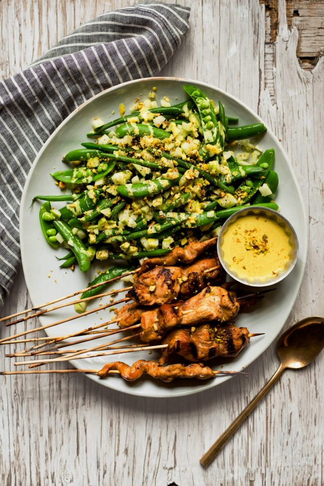 Satay de poulet et salade de haricots pommes et cari